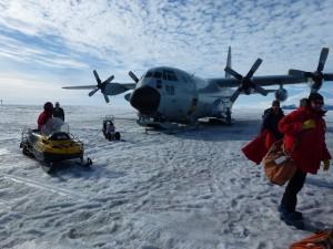 Arrivo dei ricercatori con un C-130 nella Base Americana (Foto di Marino Vacchi).