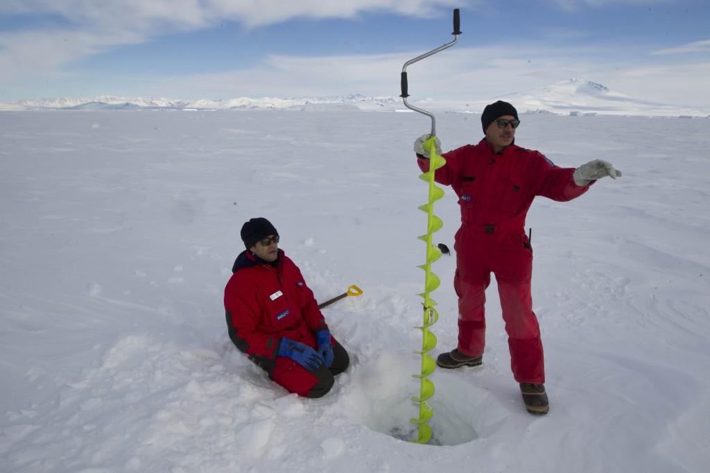 Marino Vacchi (in piedi) e Paolo durante una fase del campionamento di carote di ghiaccio antartico