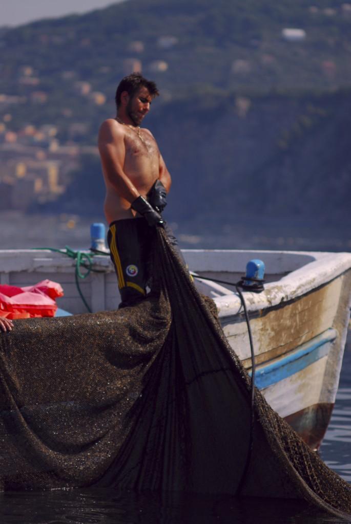 """Una fase della """"levata"""" della Tonnarella di Camogli (Foto di M. Faimali)"""