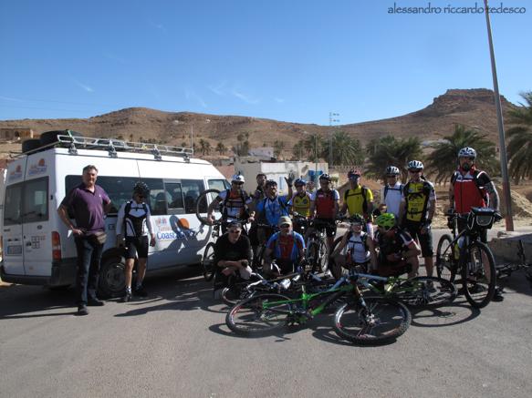 Il Gruppo in partenza da Matmaata, ci aspettano 70 kilometri per arrivare all'oasi di Ksar Hallouf.