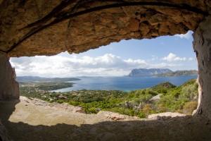 Una suggestiva visuale della Tavolara e delle coste limitrofe ripresa da una torretta di avvistamento (Foto di M. Faimali)