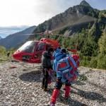 Il trasporto in elicottero verso il Monte Bianco