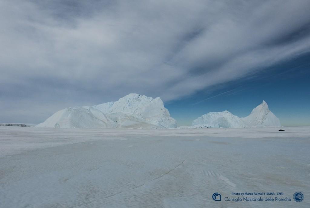 Un altro iceberg nel pack davanti alla base italiana.