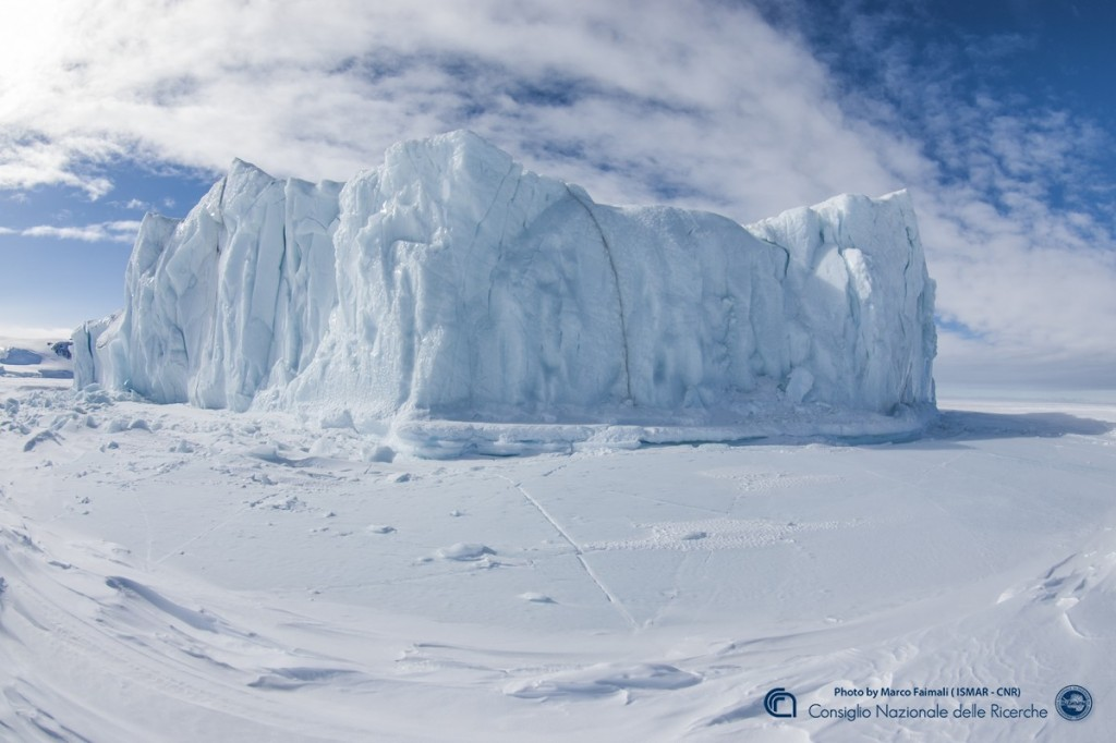 Un iceberg rimasto incastrato nel pack ghiacciato dall'anno precedente.