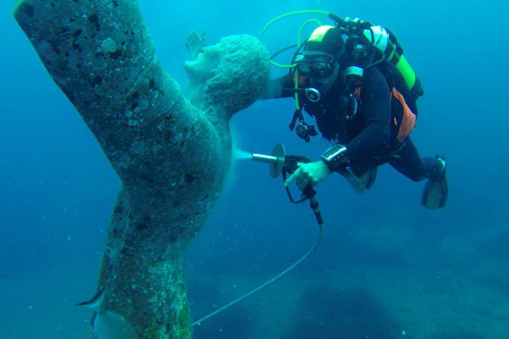 Gli operatori subacquei durante la fase di pulizia ad idrogetto (Foto di M. Faimali ISMAR-CNR)