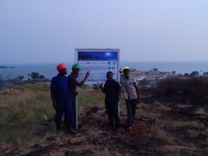 Lavoratori locali a fine giornata, con il villaggio di Kitobo sullo sfondo.